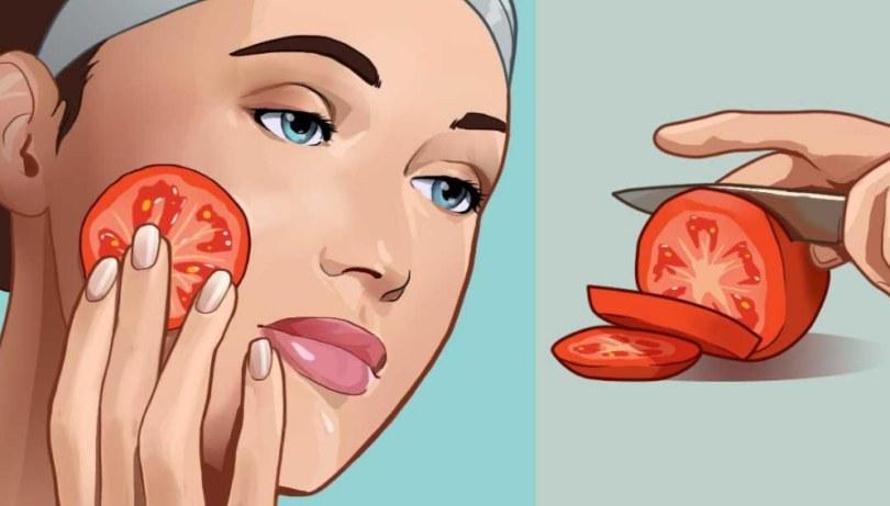 Tomatenscheiben über das Gesicht reiben